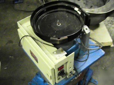 Visumatic vibratory parts feeder with control 10